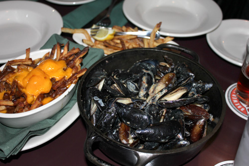 blue-cheese-muscles-poutine